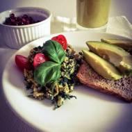 Zielone śniadanie: Jajecznica ze szpinakiem na maśle klarowanym