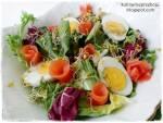 Wielkanocna sałatka z łososiem, jajkiem i kiełkami rzodkiewki