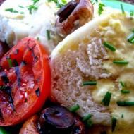 Houskove knedliky, czyli czeskie knedle ze szczypiorkiem w sosie serowo - śmietanowym.