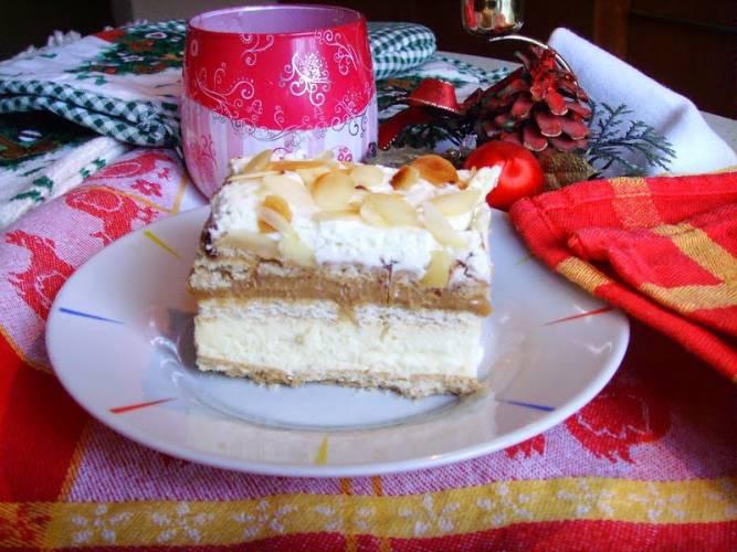 Ciasto na zimno na herbatnikach z masą krówkową i bitą śmietaną.