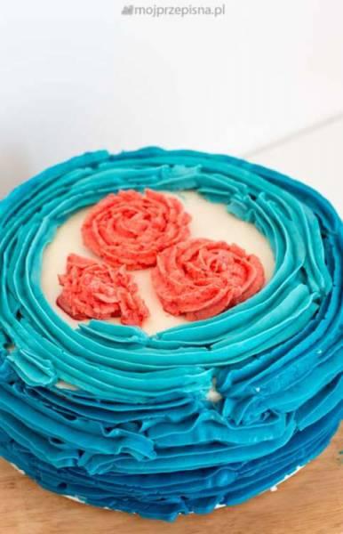 Truskawkowy tort falbankowy