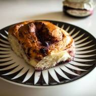 Drożdżówki z serem i konfiturą jagodową