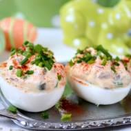 Jajka nadziane jogurtem, cebulą, kaparami i szczypiorkiem