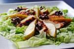 Sałatka z grillowaną piersią z kurczaka, gruszką i prażonymi orzechami włoskimi