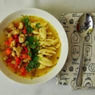 Zupa gulaszowa na ostro z lanymi kluseczkami i świeżą kolendrą