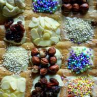 Mazurek śliwkowy z kremem z mascarpone i białej czekolady