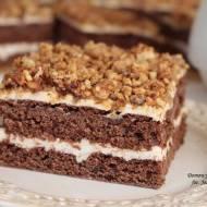 czekoladowe ciasto z kremem budyniowym i orzechami