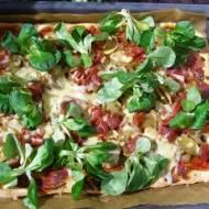 domowa pizza z roszponką i szynką serrano...