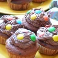 Czekoladowe mufinki z czekoladowym wnętrzem , kremem czekoladowym oraz kolorowymi drażetkami czekoladowymi.Prosto mówiąc obłędni