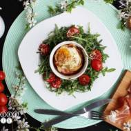 Jajka zapiekane z szynka parmeńską i parmezanem