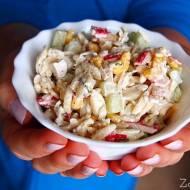 Wiosenna sałatka z makaronem i paluszkami krabowymi / surimi