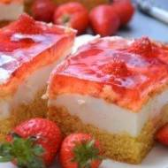 Biszkopt ze słodką bita śmietaną , truskawkami i truskawkową galaretką . Delikatne ciasto dla łasuchów.