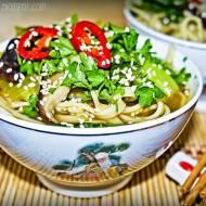 Chiński rosół z makaronem i warzywami