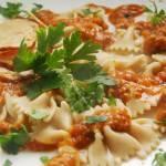 Farfalline ( pełne ziarno) z sosem i pieczoną piersią indyka