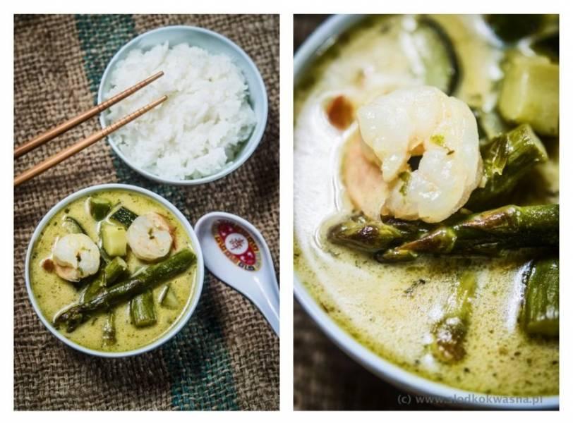 Zielone curry ze szparagami, cukinią i krewetkami