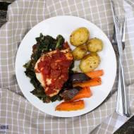 Piersi z kurczaka z pomidorami pieczone na szpinaku.