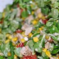 Zielona sałatka z groszku, kukurydzy i roszponki z kurczakem.