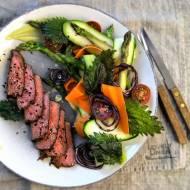 Obiad w 20 minut. Grillowany stek wołowy z blanszowanymi warzywami i chipsami z pokrzywy