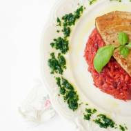 Buraczkowe risotto z dodatkiem pesto i stekiem z tuńczyka