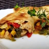 Naleśniki z kurczakiem, warzywami i serem pleśniowym