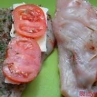 Piersi z intensywnym smakiem roztopionego sera camembert oraz pomidorem. Czosnek niedźwiedzi nadaje im charakteru a majonez podk