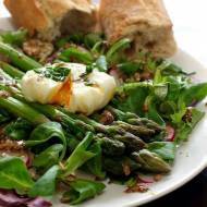 Sałatka ze szparagami, jajkiem i ziarenkami