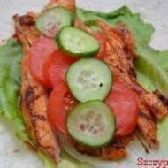 Tortille z grillowaną piersią kurczaka , warzywami i sosami. Domowy , pyszny fast-food.