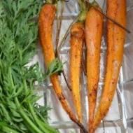 Lekko chrupiące , słodkie , młode marchewki z piekarnika.Zdrowy dodatek do dania głównego lub przekąska w ciągu dnia.