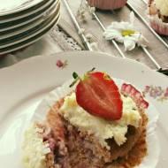 Jogurtowe babeczki z truskawkami i jaglanym kremem Rafaello