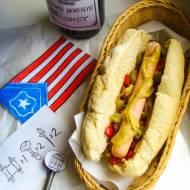 HOT DOG – BIOSHOCK INFINITE – hot dog z pikantną karmelizowaną cebulą w whisky, grillowaną papryką oraz korniszonami
