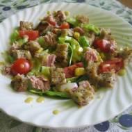 Sałatka z tuńczykiem i grzankami