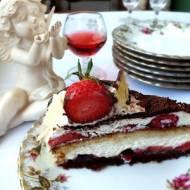 Tort na biszkopcie z białej i gorzkiej czekolady ze śmietaną malinami i truskawkami.