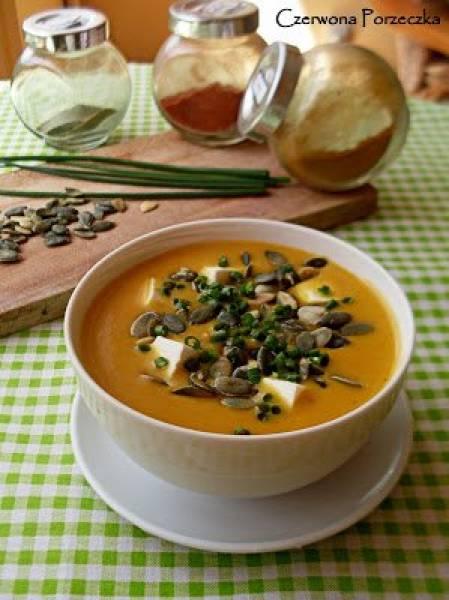 Zupa marchewkowa z fetą i pestkami dyni