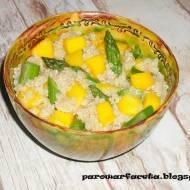 Sałatka z quinoa, szparagami i mango