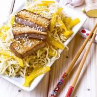 Makaron Chow-Mein z tofu i żółtą papryką