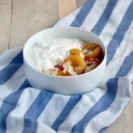Morele na ciepło z miodem i jogurtem greckim