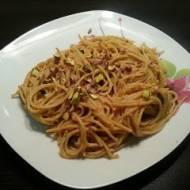 Pełnoziarniste spaghetti z sosem cukiniowo - pomidorowym z pistacjami