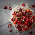 Pavlova z truskawkami, golden syrupem i pistacjami