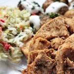 Kebab na talerzu z młodymi ziemniaczkami z piekarnika