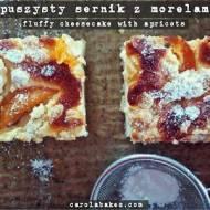 Puszysty sernik z morelami i płatkami migdałowymi. Fluffy cheesecake with apricots