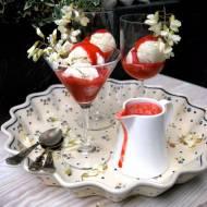 Lody akacjowe z sosem truskawkowym