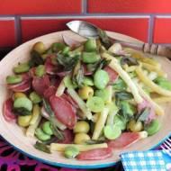 Śródziemnomorska sałatka z bobem i oliwkami