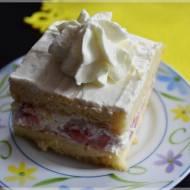 Ciasto z kremem śmietanowym i truskawkami