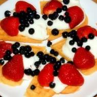 Gofry z bitą śmietaną i owocami
