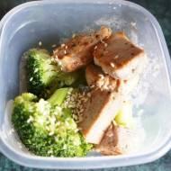 Polędwica wieprzowa z sezamem i brokułami