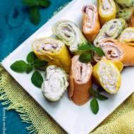 Kolorowe naleśniki z owocowym serkiem