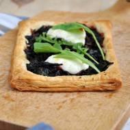 Mini tarty z botwiną, kozim serem i tymiankiem na cieście francuskim
