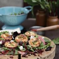 Sałatka z jagodowym dressingiem i tartaletkami z kwiatem cukinii i kozim serem/ Salad with blueberry dressing & zuccini flower&g