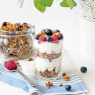 Jogurt naturalny z malinami, borówką amerykańską oraz z domową granolą