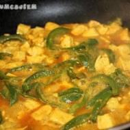 Kurczak z zieloną papryką w jogurtowym sosie curry